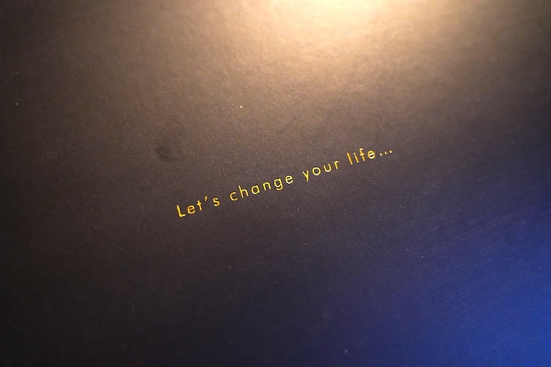 「Let's change your life」という文字が